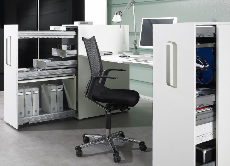 Aktywny w biurze, uporządkowany przy biurku