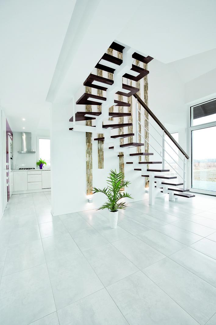 Swing w białej przestrzeni - designerskie wnetrze domu