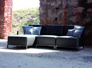 Sofa Graphite – to rękodzieło z najszlachetniejszej skóry i surowej, postarzanej stali. Niezwykle wygodny i masywny mebel. Oddzielane moduły pozwalają na dowolną konfigurację przestrzeni wypoczynkowej.
