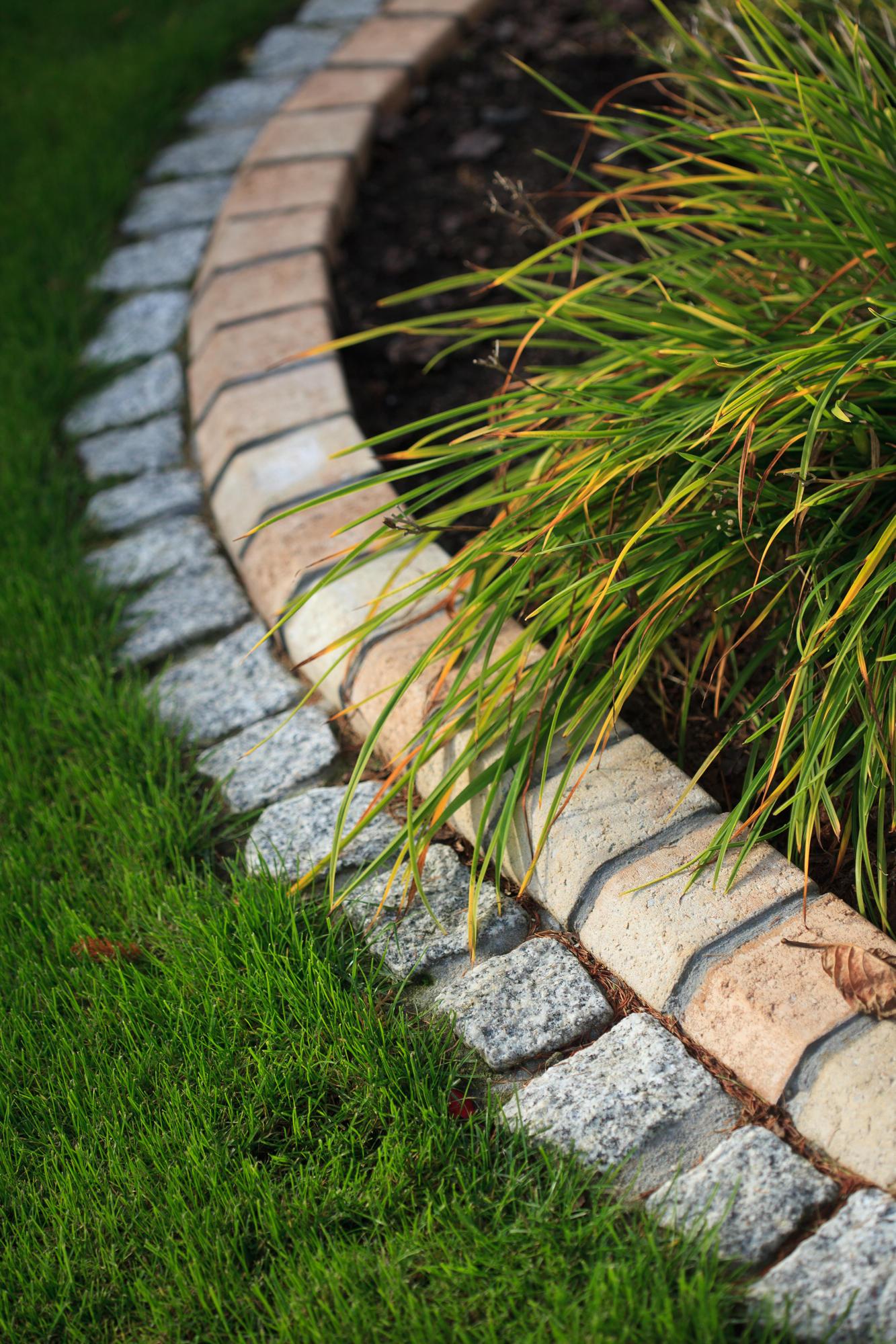 Estetyczne obramowania, czyli jak wykonać obrzeża rabat czy trawników