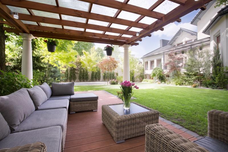 Jak dbać o drewno w ogrodzie po sezonie?