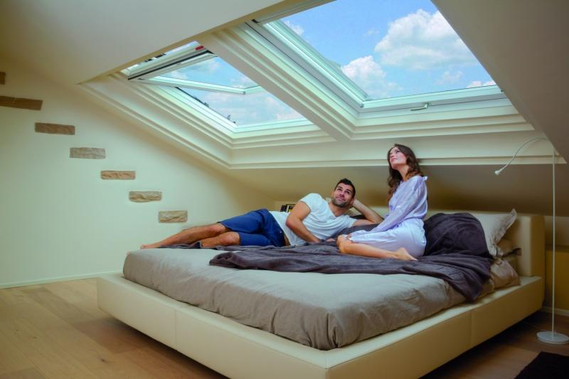 Przebudź się w niebie. Trzy sposoby na aranżację sypialni pod skosami