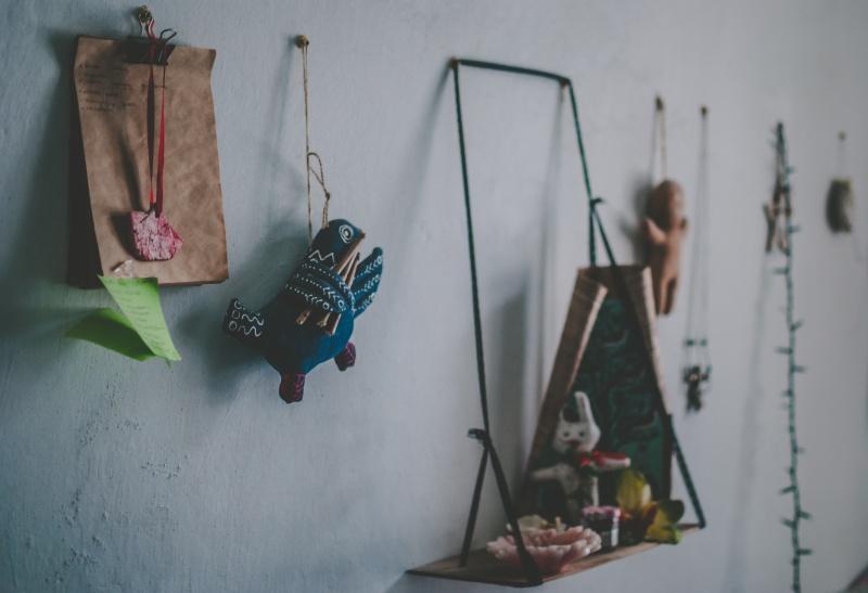 Wakacyjne pamiątki na ścianie: jak je wyeksponować?